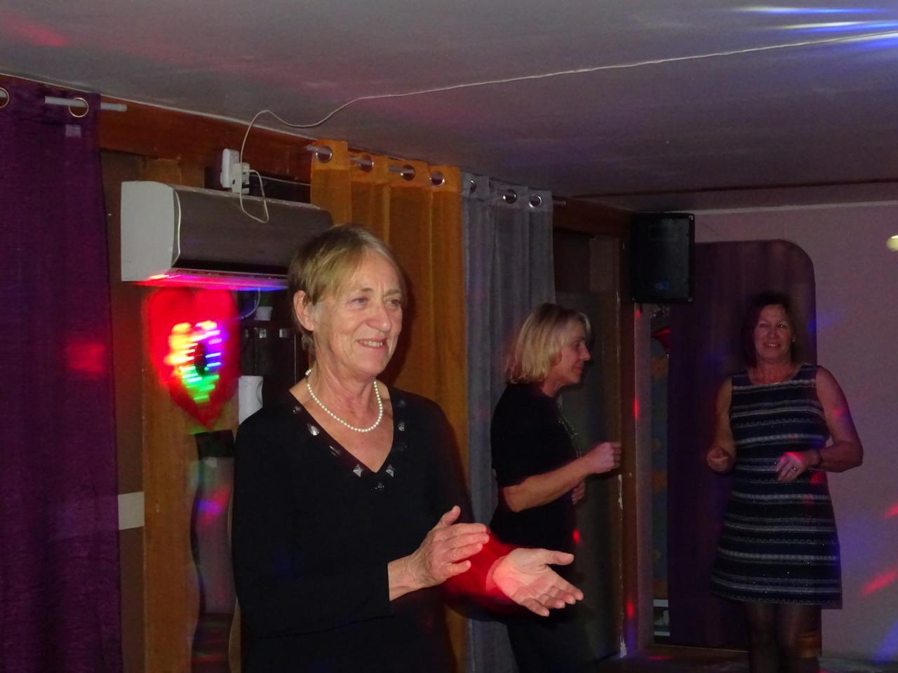Brigitte chauffe la salle