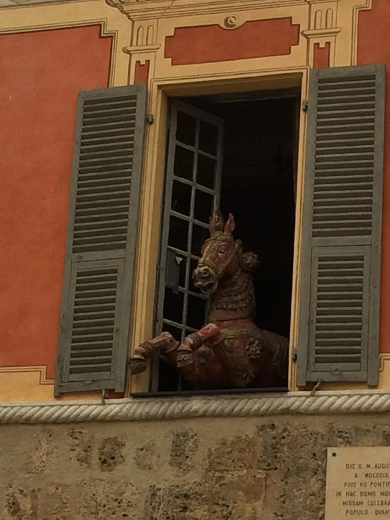 Sospel: il y a du monde au balcon